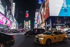 Times Square på natten i New York City, USA arkivbild