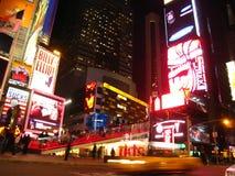 Times Square por noche Foto de archivo