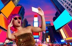 Times Square rosado NYC de la foto del selfie de la peluca de la chica marchosa Imagenes de archivo