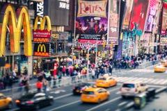 Times Square, rua famosa de New York City e E.U., Inclinação-deslocamento Foto de Stock Royalty Free