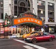 Times Square som presenteras med Broadway teatrar och enormt nummer av royaltyfria foton