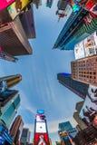 Times Square som presenteras med Broadway teatrar och enormt nummer av fotografering för bildbyråer