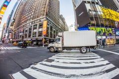 Times Square som presenteras med Broadway teatrar och enormt nummer av Arkivbilder