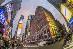 Times Square som presenteras med Broadway teatrar och enormt nummer av arkivfoto
