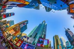 Times Square som presenteras med Broadway teatrar och enormt nummer av LED tecken, är ett symbol av New York City arkivfoto