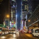 Times Square som presenteras med Broadway teatrar vid natt Royaltyfri Bild