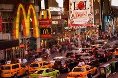 Times Square tłoczy się przy wieczór i ruch drogowy Obrazy Stock