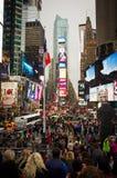 Times Square tłoczy się przy wieczór i ruch drogowy Obraz Royalty Free