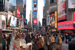 Times Square - tabelloni per le affissioni e turista Fotografia Stock Libera da Diritti