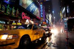 Times Square tijdens regenachtig weer stock foto