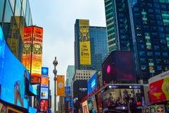 Times Square vibrante en día Foto de archivo