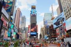 Times Square widok z ludźmi i reklamowym billboardem w Nowy Jork Zdjęcia Royalty Free