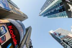 Times Squarebyggnader och Kodak tecken. Arkivbild