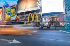 Times Squaremenigten en verkeer bij nacht Royalty-vrije Stock Foto's