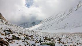Timeslip пропускает в снежных высоких горах на зоре видеоматериал