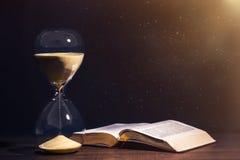 Timglas för helig bibel och nedräkning Royaltyfria Foton