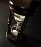 Timglas i ett mörkt trä Royaltyfri Fotografi