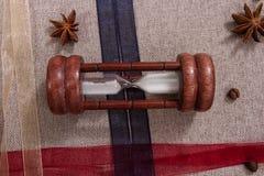 Timglas, kulöra band, kaffebönor och stjärnaanis Royaltyfria Foton