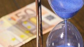 Timglas med eurosedeln stock video