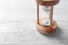 Timglas med flödande sand royaltyfri fotografi