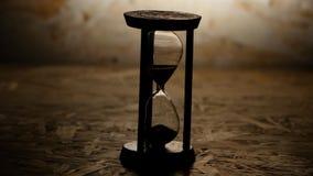 Timglas med svart sand Klocka i trägrund lager videofilmer