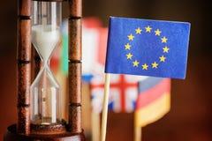 Timglas och flagga av den europeiska unionen ut running tid Fotografering för Bildbyråer