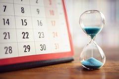 Timglas och kalender royaltyfria bilder
