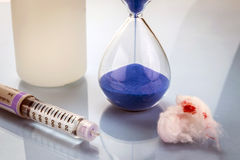 Timglaset markerar tiden av att ta den dagliga läkarbehandlingen Arkivbilder