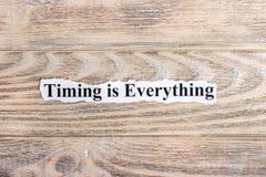 Timing jest Everything tekst na papierze Słowa Timing jest Everything na poszarpanym papierze com pojęcia figurki wizerunku odpoc obrazy stock