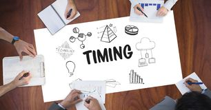 Timing tekst otaczający grafika i ludźmi biznesu ` s ręk obraz stock