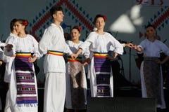 TIMISOARA, ΡΟΥΜΑΝΙΑ 12 10 2014 οι ρουμανικοί χορευτές στο παραδοσιακό κοστούμι, εκτελούν έναν παραδοσιακό χορό folkore στοκ φωτογραφία
