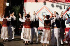 TIMISOARA, ΡΟΥΜΑΝΙΑ 12 10 2014 οι ρουμανικοί χορευτές στο παραδοσιακό κοστούμι, εκτελούν έναν παραδοσιακό χορό folkore στοκ φωτογραφία με δικαίωμα ελεύθερης χρήσης