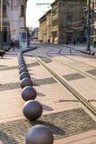 TIMISOARA - Τετραγωνικός τρόπος τραμ ελευθερίας Libertatii Piata και διακοσμητικές σφαίρες μετάλλων Στοκ Εικόνα