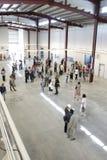 """TIMISOARA, ROEMENIË â€ """"05 12 2011 de mensen lopen in een heldere, high-rise zaal met metaalstralen royalty-vrije stock afbeeldingen"""