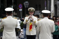 "TIMISOARA, ROEMENIË â€ ""09 27 2015 speelt de militaire fanfare gekleed in witte paradekostuums muzikale instrumenten stock foto's"