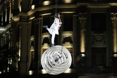 TIMISOARA, ROEMENIË-06 11 2014 acrobaten die omhoog in de lucht op een witte structuur presteren stock afbeelding