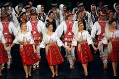 TIMISOARA, ROEMENIË 12 10 2014 Roemeense folkloredansers royalty-vrije stock foto's