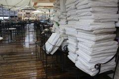 TIMISOARA, ROEMENIË 11 19 2010 Stapel witte kussens die tot een koffieterzijde leggen behoren om het van regen te houden stock foto's