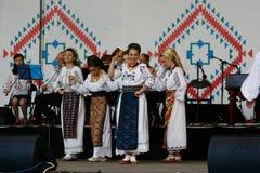 TIMISOARA, ROEMENI? 12 10 2014 de Roemeense dansers in traditioneel kostuum, voeren een folkore traditionele dans uit royalty-vrije stock afbeeldingen