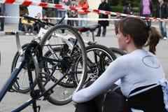 TIMISOARA, ROMÊNIA 06 07 2011 acrobatas executam uma mostra em bicicletas na rua imagem de stock
