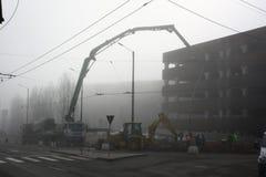 TIMISOARA, ROMÊNIA -02 06 Canteiro 2018 de obras com vária maquinaria e os trabalhadores que derramam o cimento em uma construção foto de stock