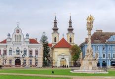 TIMISOARA, ROMÊNIA - 15 de outubro de 2016 detalhe da estátua da trindade santamente no quadrado da união e na igreja sérvio de O fotos de stock