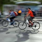 TIMISOARA, ROMÊNIA 04 14 2018 pessoas em bicicletas no verde para bicicletas, imagem de stock