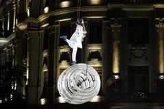 TIMISOARA ROMANIA-06 11 2014 akrobater som utför upp i luften på en vit struktur fotografering för bildbyråer