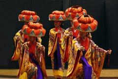 TIMISOARA, ROMANIA-11 22 2009 artistas que llevan el kimono y el sombrero tradicional del hanagasa realizan una danza de Okinawia imagen de archivo