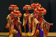 TIMISOARA, ROMANIA-11 22 2009 artystów jest ubranym kimonowego i tradycyjnego hanagasa kapelusz wykonują Okinawian tana obraz stock