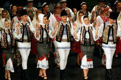 TIMISOARA, ROMANIA 12 10 2014 ballerini rumeni di folclore fotografia stock libera da diritti