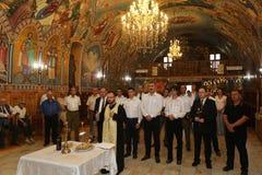 TIMISOARA ROMANIA-08 20 2017 religiösa service i en ortodox kyrka fotografering för bildbyråer