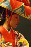 TIMISOARA ROMANIA-11 22 Utför den bärande kimonot 2009 för konstnärkvinnan och den traditionella hanagasahatten en Okinawian dans royaltyfri foto