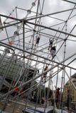 TIMISOARA, ROUMANIE 07 03 2017 travailleurs soulèvent la structure de résistance de la scène de concert à un festival au centre d photos libres de droits
